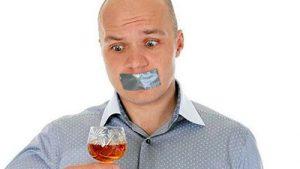 у мужчины с рюмкой залеплен скотчом рот