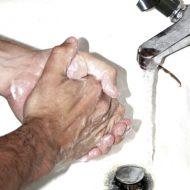 моет руки в раковине