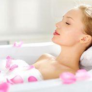 в ванне с лепестками роз
