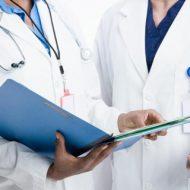 врачи с папкой