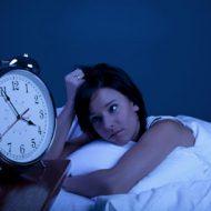 смотрит на будильник
