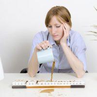 выливает кофе на клавиатуру